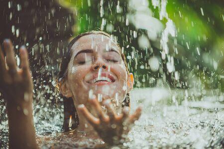 Hermosa chica relajante al aire libre en su jardín con piscina. Concepto de verano sobre estilo de vida, belleza, vacaciones e inmuebles.