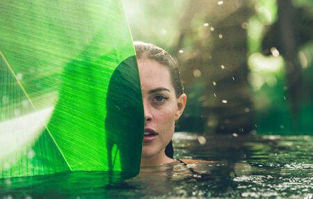 Piękna dziewczyna relaks na świeżym powietrzu w swoim ogrodzie z basenem. Letnia koncepcja o stylu życia, urodzie, wakacjach i nieruchomościach