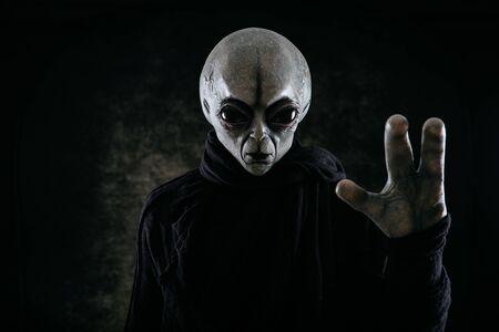 Außerirdische Kreatur hat eine Botschaft für den Menschen. Grauer freundlicher Humanoid aus einer anderen Planetenporträtserie. Standard-Bild