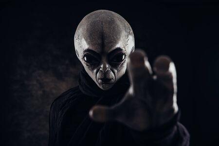 La criatura alienígena tiene un mensaje para los humanos. Humanoide tipo gris de otra serie de retratos de planetas.