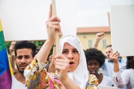 Manifestation publique dans la rue contre les problèmes sociaux et les droits de l'homme. Groupe de personnes multiethniques faisant une protestation publique