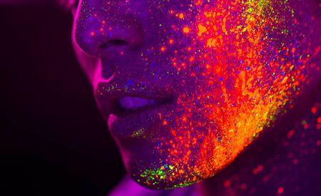 Portrait d'un homme à la mode avec une peinture colorée sur le visage