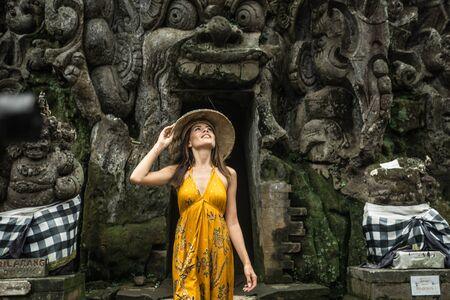 Beautiful woman in old hindu temple of Goa Gajah near Ubud on the island of Bali, Indonesia 免版税图像