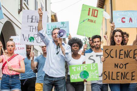 Un groupe de militants manifeste à l'extérieur