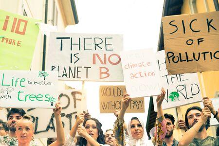Un groupe de militants manifeste à l'extérieur Banque d'images
