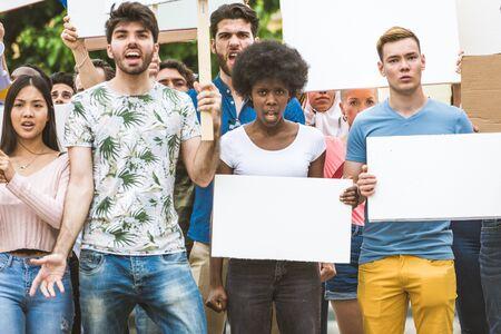 Un gruppo di attivisti sta protestando all'aperto