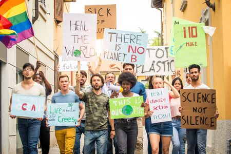 Grupa aktywistów protestuje na zewnątrz Zdjęcie Seryjne