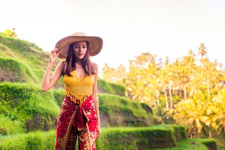 Young woman on green cascade rice field plantation at Tegalalang terrace. Bali, Indonesia - Beautiful female model posing at rice terrace in Ubud Standard-Bild