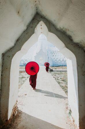 Monk standing on white temple Stockfoto