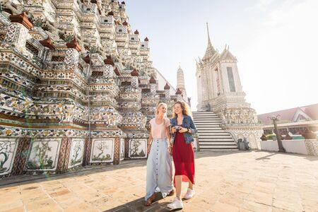 Hermosas mujeres que visitan las atracciones y lugares de interés de Bangkok en Tailandia - Jóvenes turistas felices explorando una ciudad del sudeste asiático