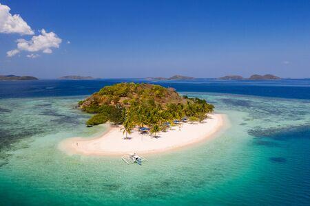 Tropisch eiland met blauw water