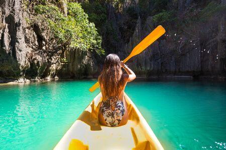 Mujer haciendo kayak en la laguna pequeña en el Nido, Palawan, Filipinas - bloguera de viajes que explora los mejores lugares del sudeste asiático