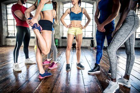 Grupo de raza mixta de atleta en el gimnasio.