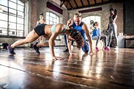 Grupo de entrenamiento de deportistas con gimnasia funcional.