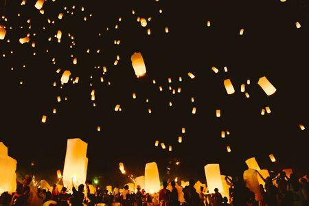 Loy krathong festival, fête du nouvel an thaï avec des lanternes flottantes dans le ciel nocturne Banque d'images