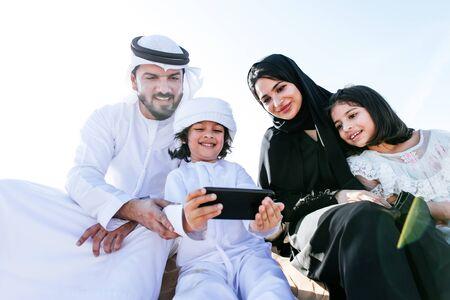 Familia feliz pasando un día maravilloso en el desierto.