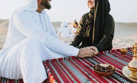 Glückliche Familie, die einen wundervollen Tag in der Wüste verbringt und ein Picknick macht