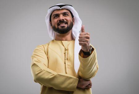 Arabic handsome man studio portraits Imagens - 132528993