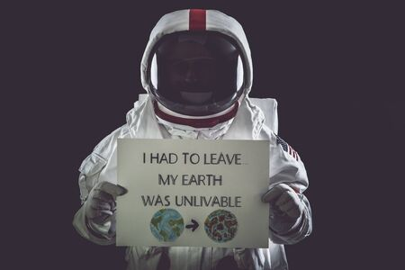 Astronaut leaving earth. Searching for a new home for humanity. Concept about science and nature. showing a message Stockfoto