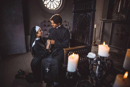 Zakonnica i ksiądz modlący się i spędzający czas w klasztorze