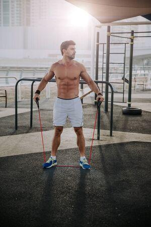 Uomo che fa esercizi e diversi esercizi all'aperto