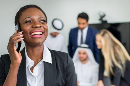 Groupe multiracial d'hommes d'affaires ayant une réunion dans un bureau - Travail d'équipe au bureau, réunion d'affaires aux Emirats Arabes Unis