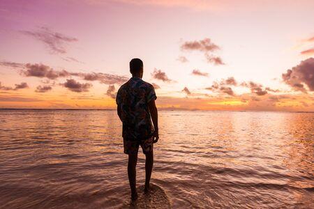 Tourist an einem wunderschönen Strand mit weißem Sand auf einer tropischen Insel der Seychellen - Der berühmte Strand von Anse d'Argent in La Digue