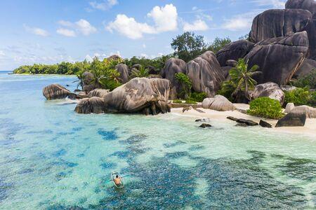 Schöner Strand mit weißem Sand auf einer tropischen Insel der Seychellen - Der berühmte Strand von Anse d'Argent in La Digue