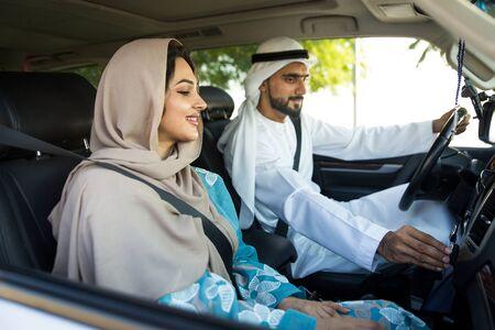 Beau couple moyen-oriental conduisant une voiture Banque d'images
