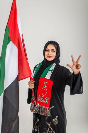 Mujer del Medio Oriente con vestidos tradicionales de los Emiratos Árabes Unidos posando en un estudio fotográfico - Conceptos sobre el estilo de vida, la felicidad y la relación familiar en los Emiratos Árabes Unidos