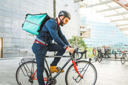 Food delivery service, rider delivering food to clints with bicycle - Concepts about transportation, food delivery and technology Stockfoto