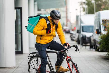 Food delivery service, rider delivering food to clints with bicycle - Concepts about transportation, food delivery and technology Archivio Fotografico - 159472543