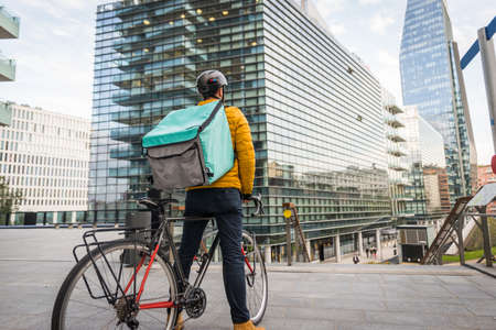 Food delivery service, rider delivering food to clints with bicycle - Concepts about transportation, food delivery and technology Archivio Fotografico - 159472454