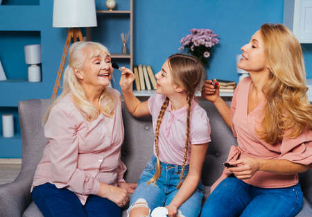 Grandmother, daughter and grandchild together at home, happy domestic life moments - Family having fun, concepts about elderly, mult-generation family and relationship Stockfoto