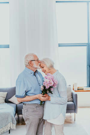 Senior couple together at home, happy moments - Elderly people taking care of each other, grandparents in love - concepts about elderly lifestyle and relationship Banque d'images
