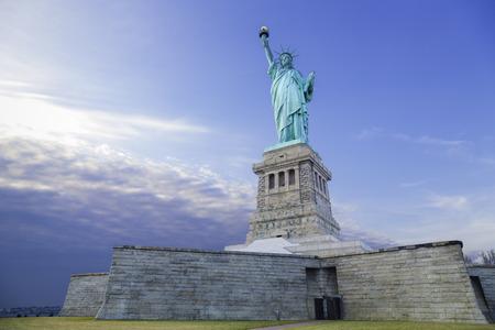 liberty island: Statua della Libert� Isola di Dawn Archivio Fotografico