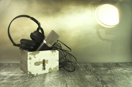 Headlamps incident on the headphones and headlamp. Stok Fotoğraf - 130023783