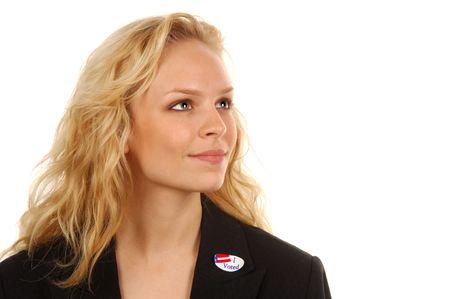 """głosowało: Młoda kobieta amerykańskich wyborców z """"I voted"""" naklejki."""