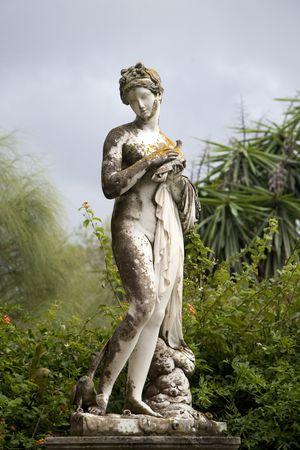 diosa griega: Figura esculpida por motivos del Palacio de Achillion en la isla de Corf�.  Foto de archivo