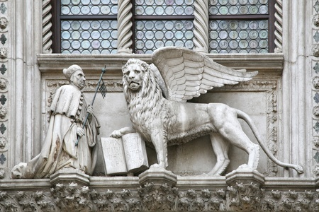 testament schreiben: Der Doge kniet vor dem gefl�gelten L�wen von San Marco - mit seiner Pfote auf das Evangelium. Marmor-Statue an der Fassade der Dogenpalast, Venedig.