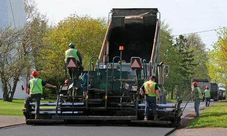 camion volteo: Pavimentaci�n de una calle residencial por colocar asfalto