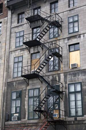huir: De incendio en edificio de apartamentos de mayores en el Viejo Montreal, Quebec, Canad�. Editorial