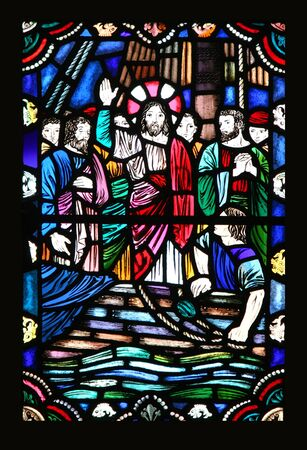 santa cena: Una vieja ventana con vitrales Jesús y los discípulos en lo que parece ser un barco sobre el agua.