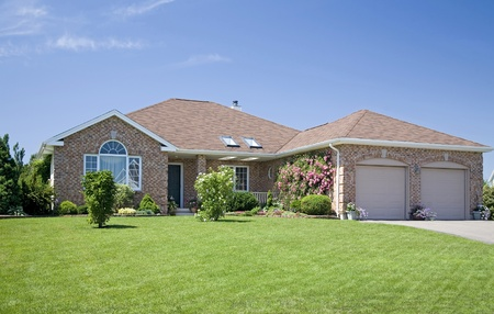 residential neighborhood: Una casa de ladrillo nuevo en una de sus subdivisiones. Editorial