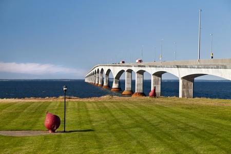 confederation: Traffico in transito sullo Stretto di Northumberland dal New Brunswick fino a Prince Edward Island tramite il Confederation Bridge. Grandi boa rossa in primo piano.