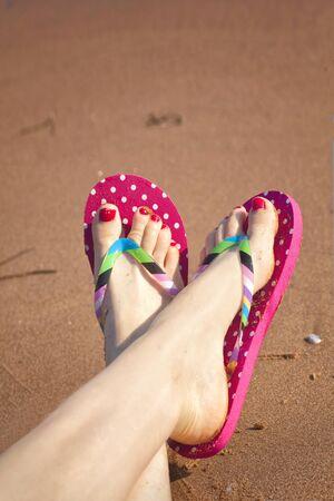 sandalia: Dedos de los pies pintadas y sandalias en una playa de arena