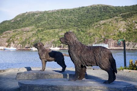 cane terranova: Statue di un Labrador Retriever e un cane di Terranova trova a Boston Park di St. John, Newfoundland, Canada. Archivio Fotografico