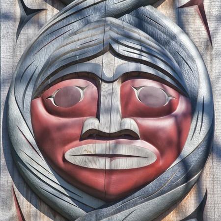totem indien: Détail d'un visage stylisé sur un totem dans le parc Stanley à Vancouver, Canada Banque d'images