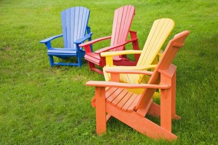 brilliant colors: Un grupo de sillas de Adirondack pintado en colores brillantes.