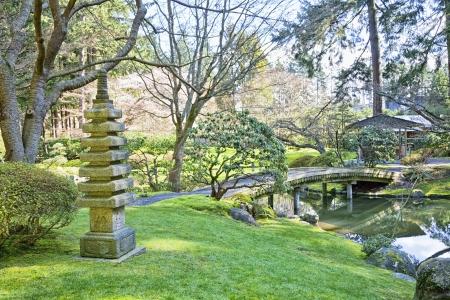 ponte giapponese: Bellissimo giardino giapponese in primavera. Archivio Fotografico